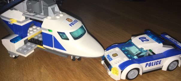 Polisflygplan och polisbil i lego