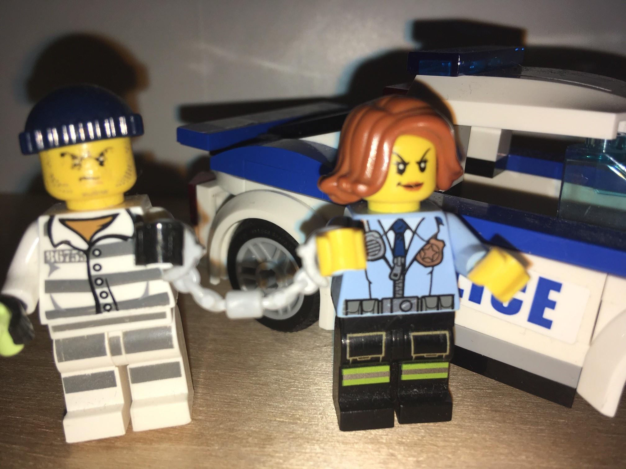 Tjuv, polis och polisbil i lego.