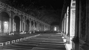 I spegelsalen och i väntan på delegaterna under fredskonferensen i Versailles 1919.