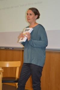 """Jenny Sylvin presenterar antologin """"Hur svårt kan det vara?""""."""