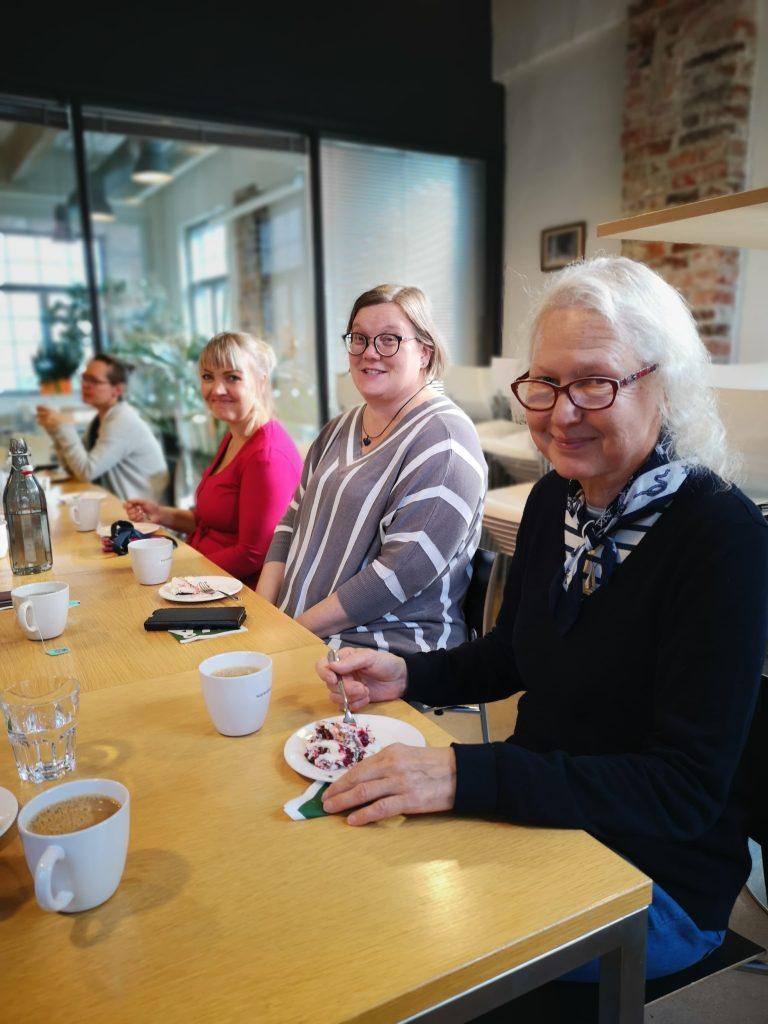 personer vid kaffebord