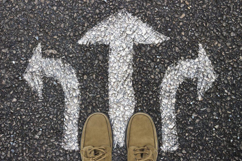 fötter trottoar