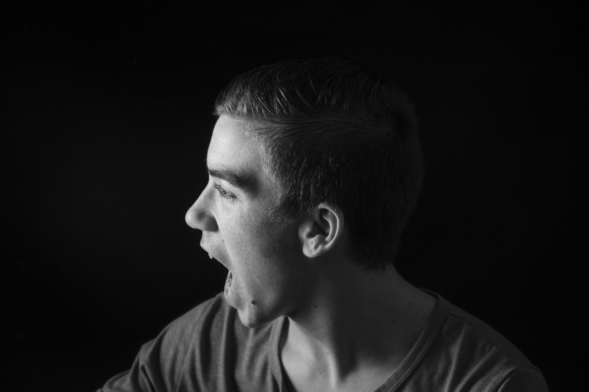 en man som ropar