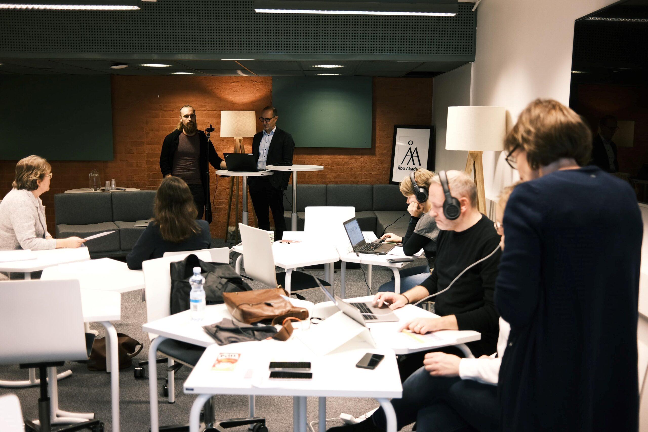 Bild av då dekanus Fritjof Sahlström öppnar evenemanget med en välkomsthälsning och hela sändningsteamet jobbar fokuserat.