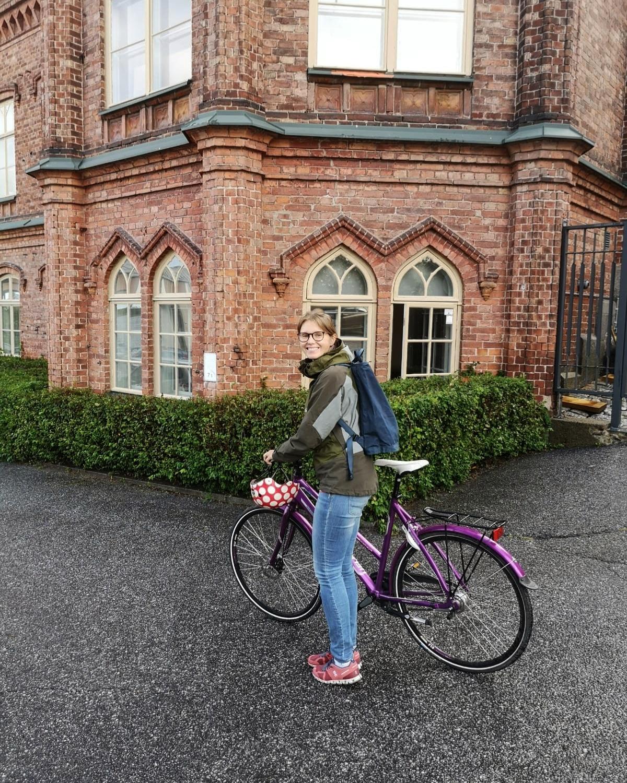 Anna Suvilaakso matkalla yliopistolle pyörällä.