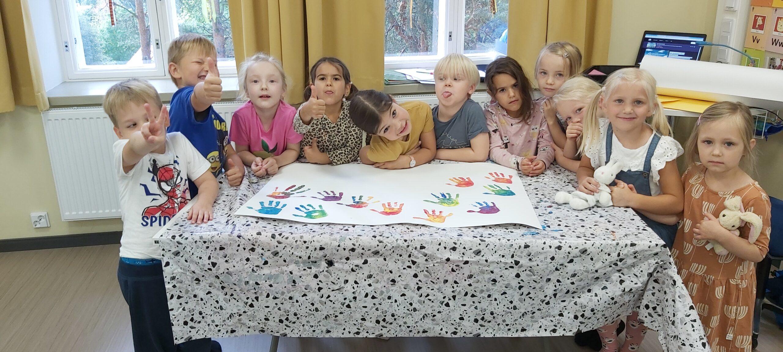 Den första språkbadsförskolegruppen med 11 barn på bilden.