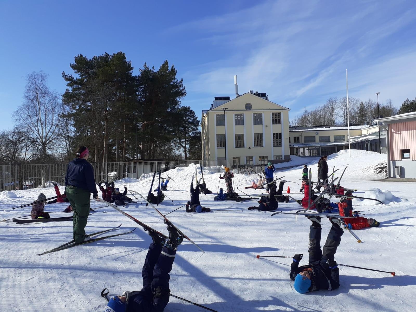Barn som skidar på gymnastiklektion.