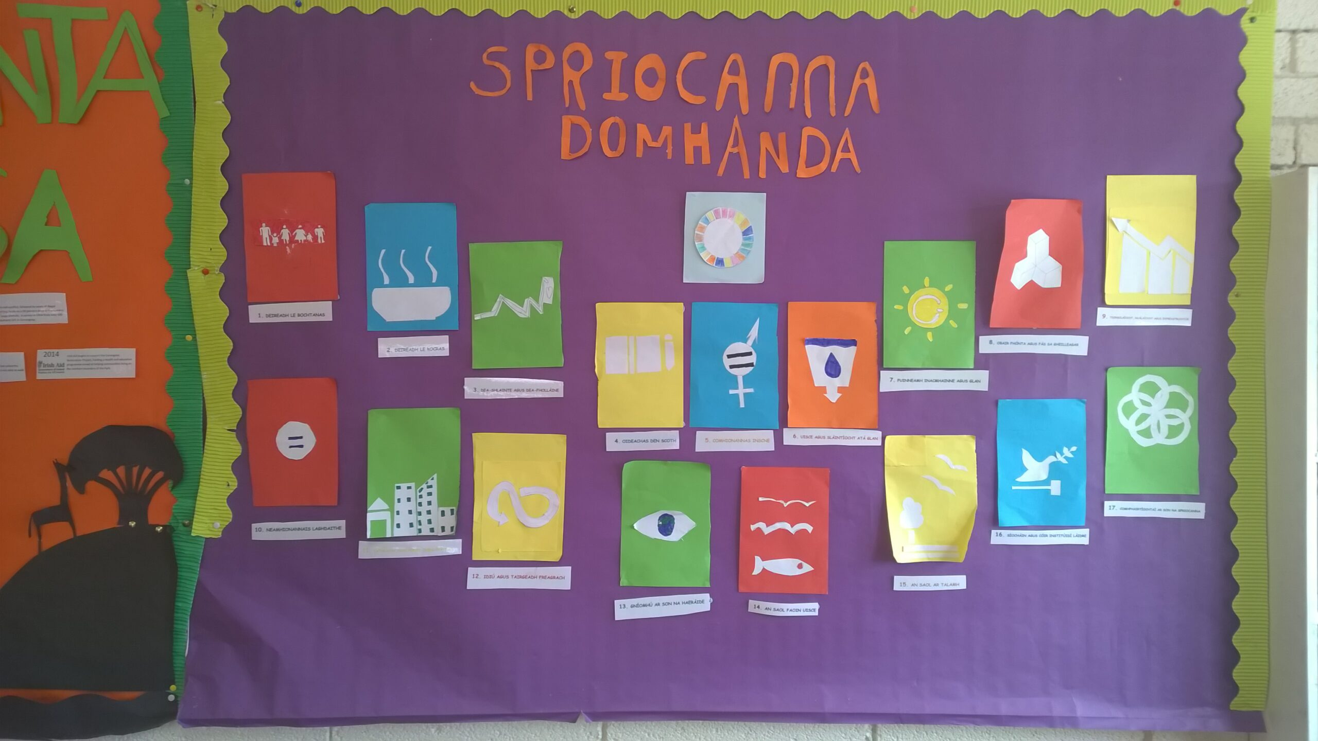 """Ett foto av en skylt i iriskt språkbad, där det står """"Spriocanna domhanda"""""""