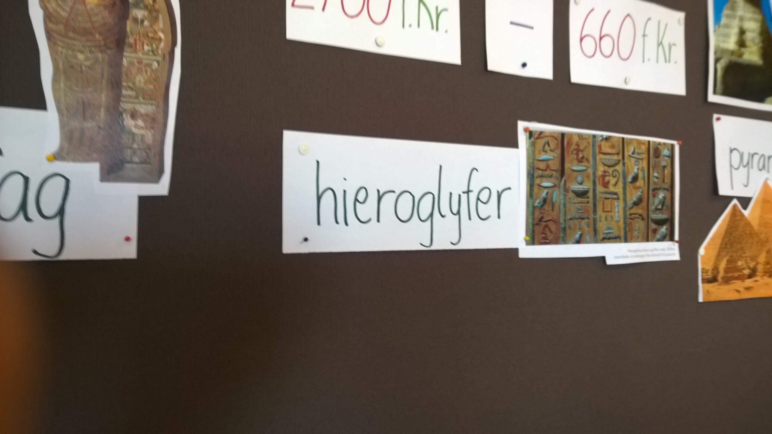 """Bild på skylt där det står """"hieroglyfer"""""""