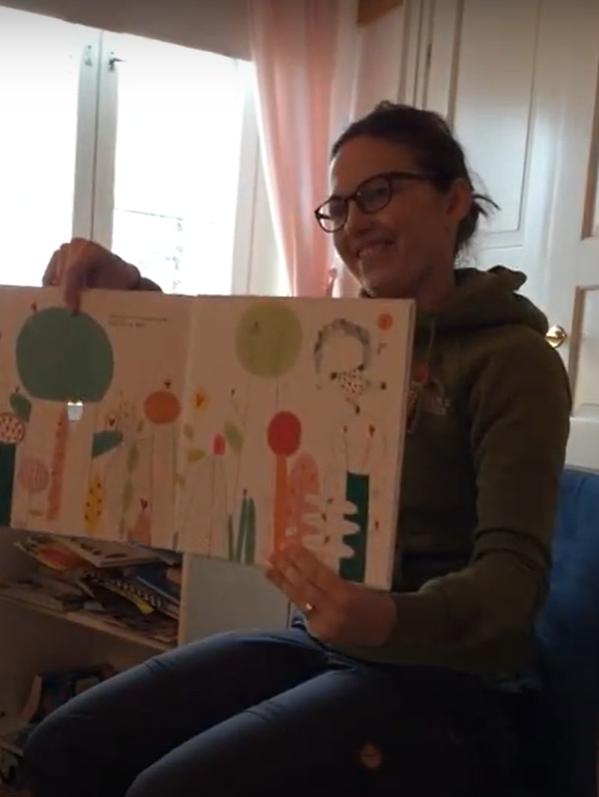 Anna-Pia läser en bilderbok för barnen under en praktikperiod.